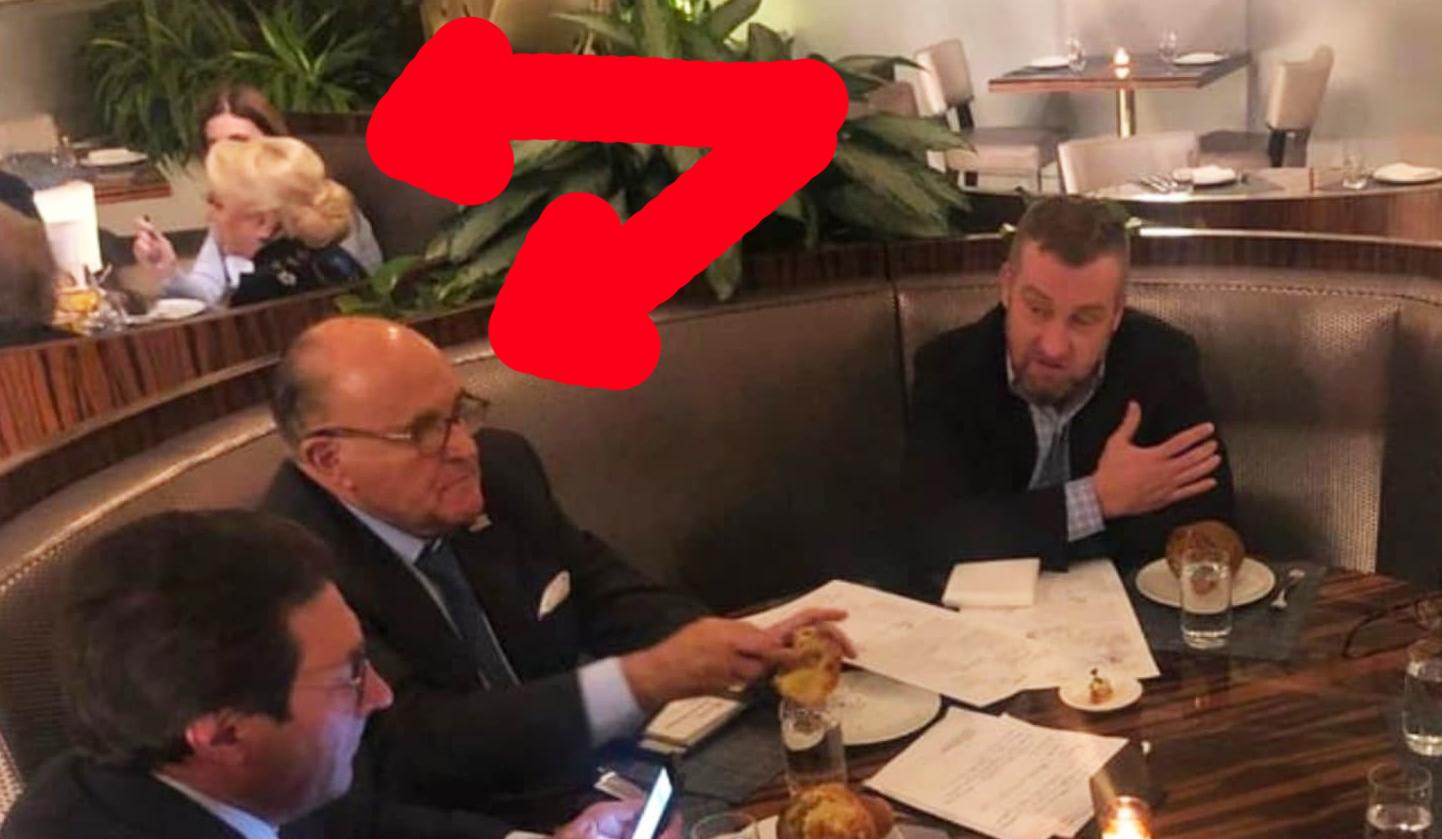 Poza cu Veorica luând masa lângă Giuiani la hotelul lui Trump e trucată! Unde s-a mai văzut bucătăreasă să stea la masă cu clienții?