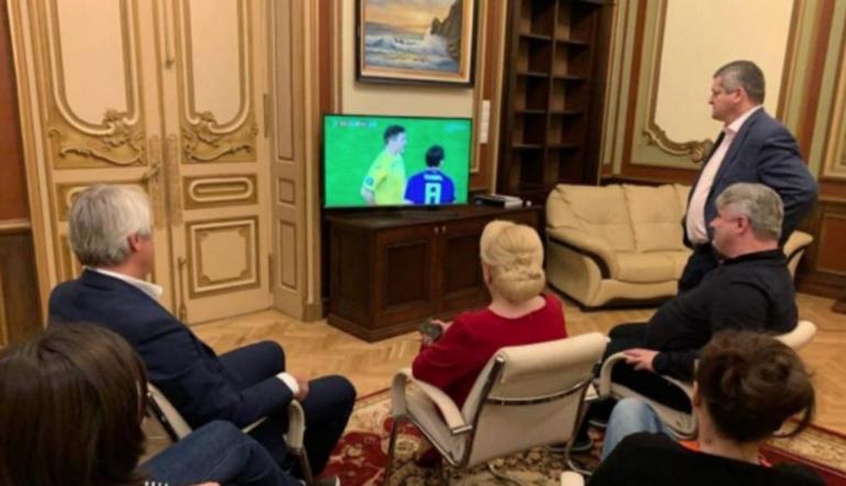 Viorica Dăncilă solicită schimbarea orei meciului cu Spania, că se suprapune cu Insula iubirii!