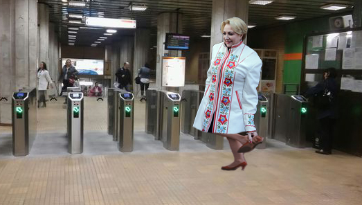 Viorica Dăncilă se descalță când intră la metrou!