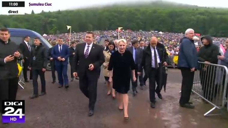 Toanta cu tocuri prin noroaie la Șumuleu Ciuc. Statul paralel bagă înapoi România în noroaie