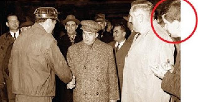Poetul-portofel Mircea Dinescu făcându-se că lucrează în timpul uneivizitea tovarăşuluiNicolae Ceauşescu, tiranul