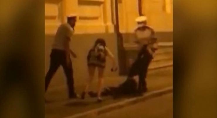 Alertă! Un doctor a arestat doi polițiști pentru că nu s-au predatcând le-a arătat degetulmijlociu!