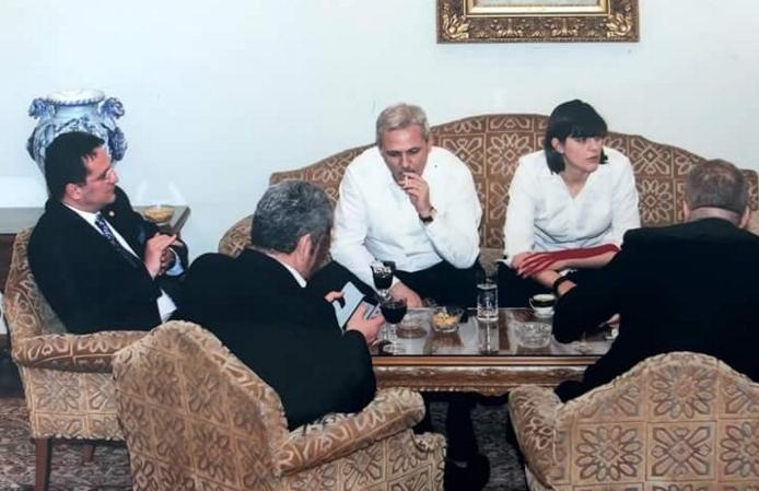 Această poză e un trucaj grosolan! Unde s-a mai văzut chelner să stea cu clienții la masă?
