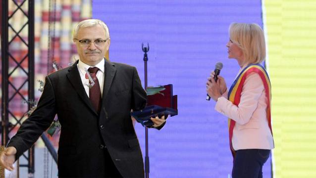 Moment emoționant pe Arena Națională: Firea i-a înmânat lui Dragnea cheile de la Rahova!