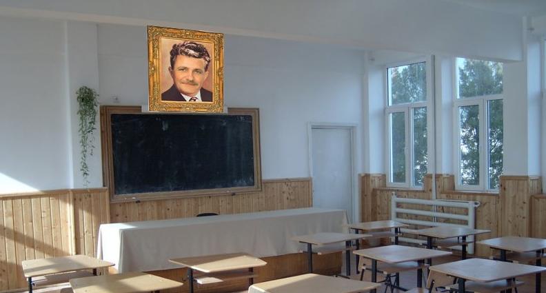 Sărbătoare în școli după dezastrul de la simulare: tabloul lui Dragnea a fost pus în fiecare sală, deasupra tablei!