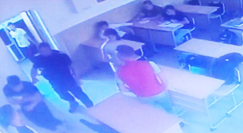 Un jandarm a bătut un elev în timpul examenului de bacalaureat. Era invidios pe elev că dă bacul pe bune!