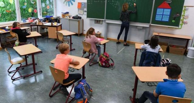 În Germania, copiii merg fără mască la şcoală pentru că, printre altele, în Germania nu sunt sute de şcoli cu veceul în fundul curții