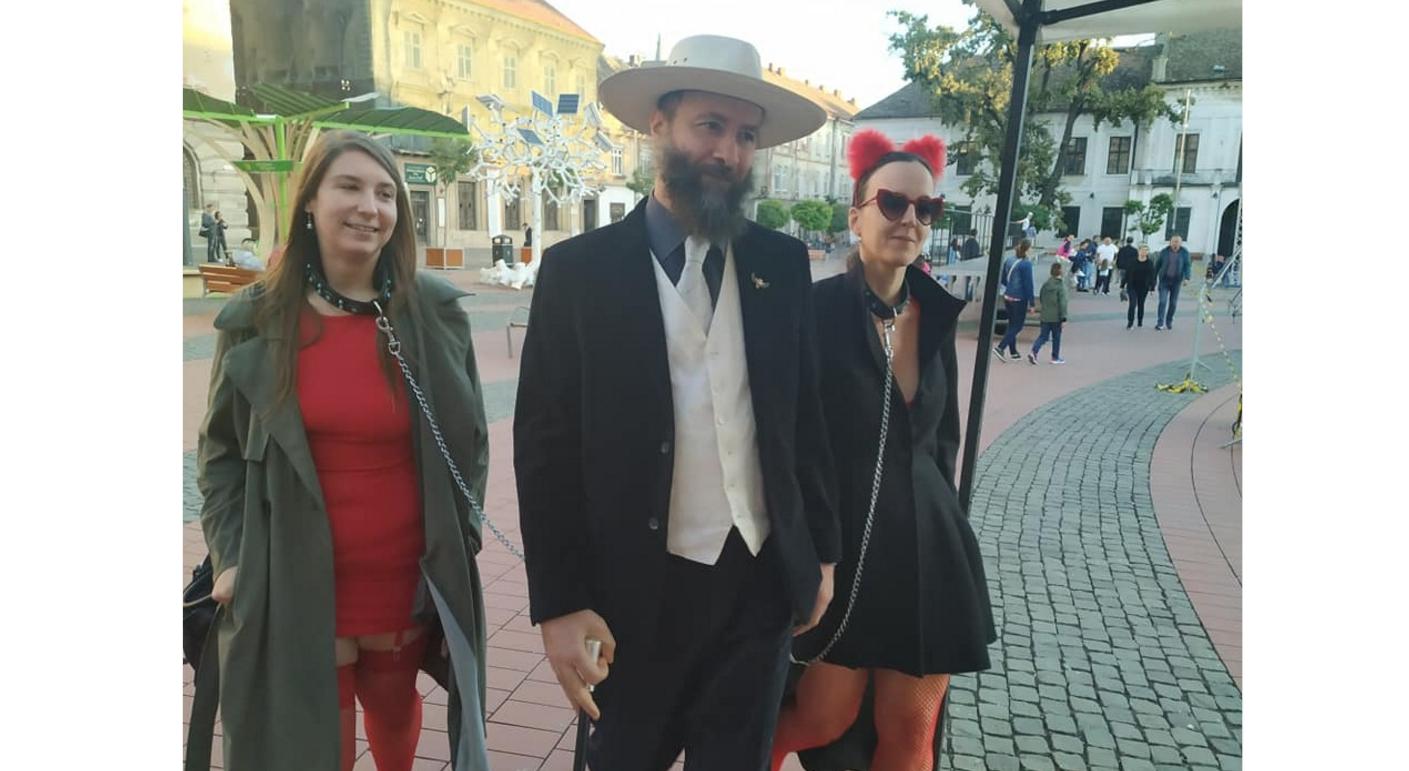 Femei plimbate în lesă prin centrul Timişoarei. Daniele, trage clopotu' ăla mare că ne leagă BDSM-iştii ăştiape toți!