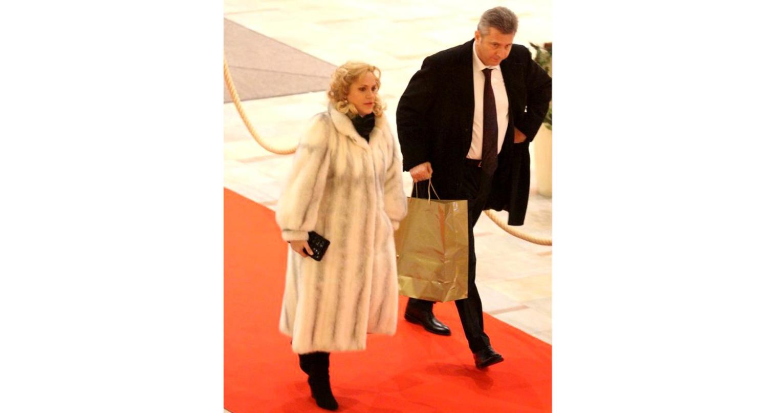Blana: 6000 de euro la reduceri. Coafura și soțul: de laVoluntari. Țărănia: de București!