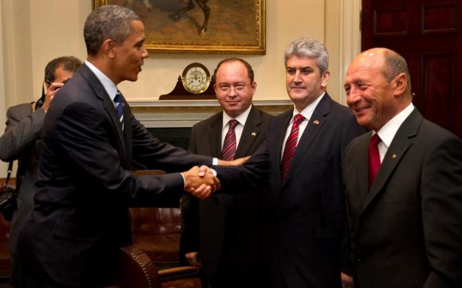 """Obama: """"Poza cu Gabi Oprea e trucată. În original se vede și cum îmi ia ceasul de pe mână!"""""""