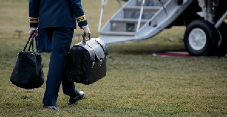 Donald Trump a fugit de la Casa Albă cu două genți cu prosoape!