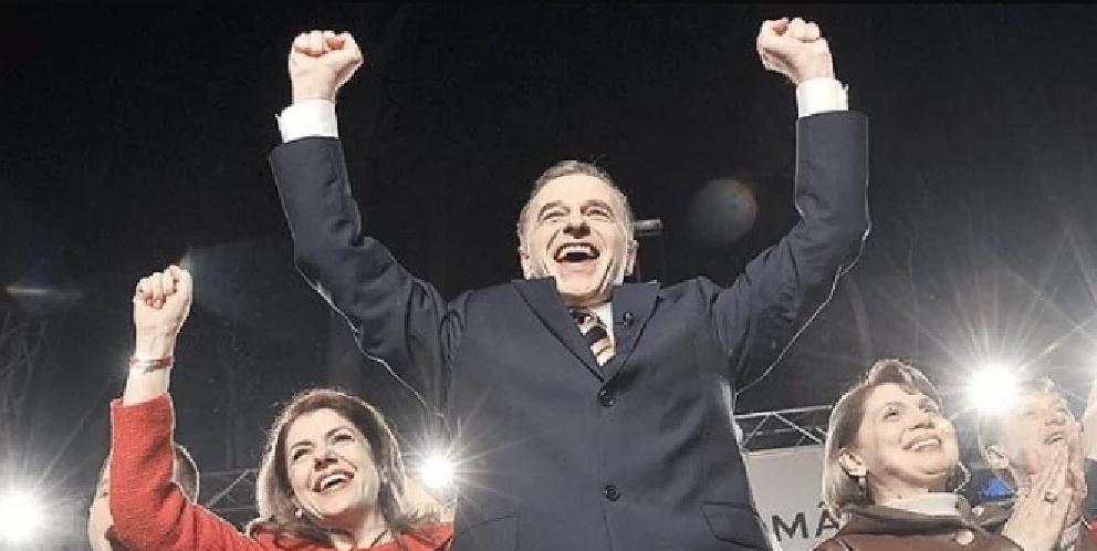 Mircea Geoană, singurul om din lume care ştie cum se pune la loc dopul unei sticle de şampanie!