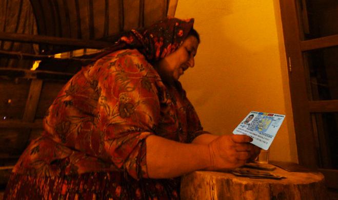 Mai tare decât Bill Gates: o vrăjitoare din Caracal îți ghiceşte adresa şi vârsta doar cu buletinul!