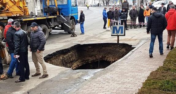 O groapă în asfalt din Berceni va fi transformată în stație de metrou!
