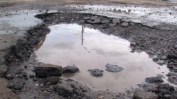 O groapă din asfaltul de pe DN1 va fi transformată în lac de acumulare!