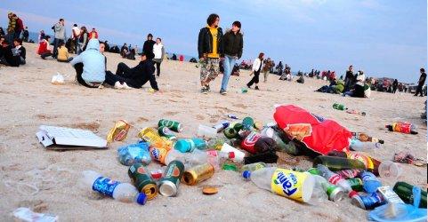 Dezastru ecologic: Pe plaja din Vama Veche au fost găsite urme de nisip printre gunoaie!