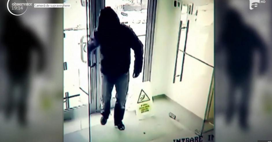 Hoțul care s-a șters pe picioare la intrarea în bancă a fost identificat: e soțul femeii de serviciu!