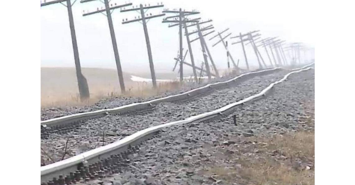 Calea ferată Iaşi-Dorohoi. Din cauza valurilor,doar cu vaporul se mai poatecirculape ea!