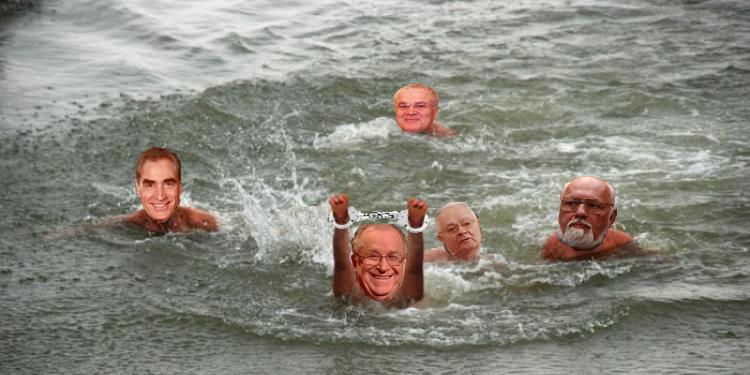 Minune de Bobotează: Iliescu a sărit în apă să prindă crucea și a ieșit cu o pereche de cătușe!