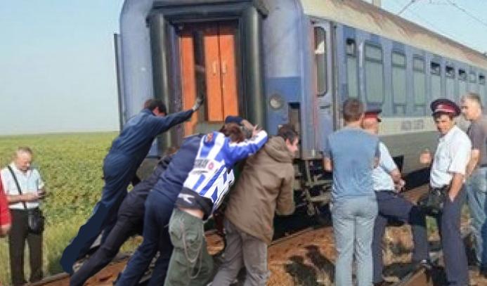 Călătorii rapidului Arad-București au coborât din tren și l-au împins ca să ajungă mai repede!