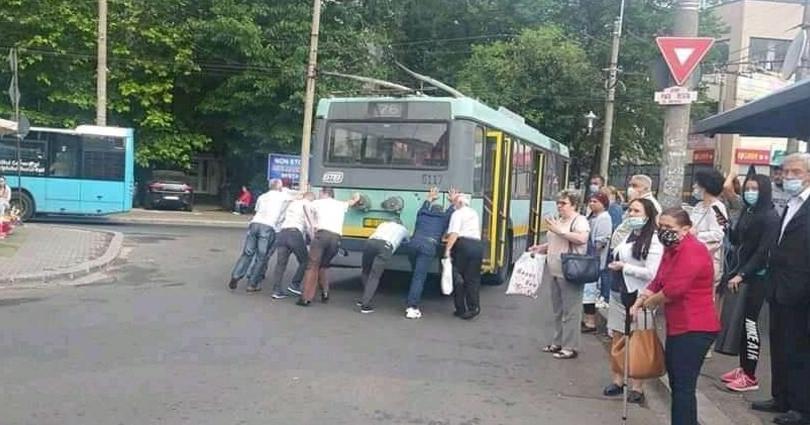 Firea vrea să transforme autobuzele vechi în troleibuze. Dacă suntem cuminți, cicăle pune şi motoare, ca să nu le mai împingem!