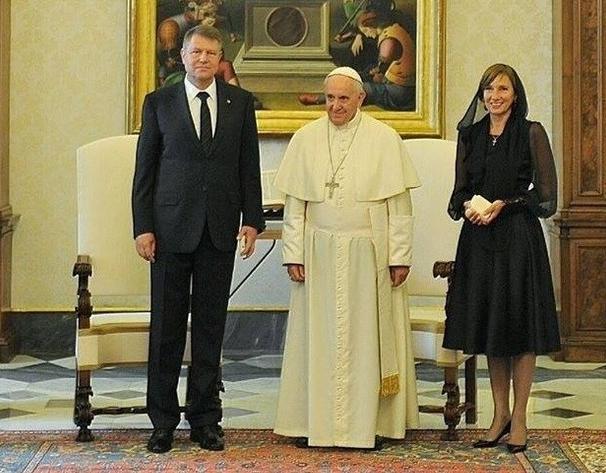 Critici de feișăn despre rochia purtată de Carmen Iohannis la întâlnirea cu Papa