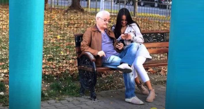 Bătrânelul Irinel cu infirmiera care l-a scos la plimbare în parc!