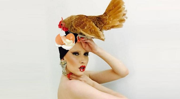Iulia Albu, nevoită să-şi schimbe numele în Iulia Albuş după ce i s-a ouat găina-n cap!