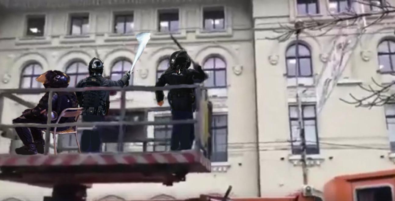 Nu iartă nimic: jandarmiiau ieșitsă bată și să gazeze cablurile de troleibuz!