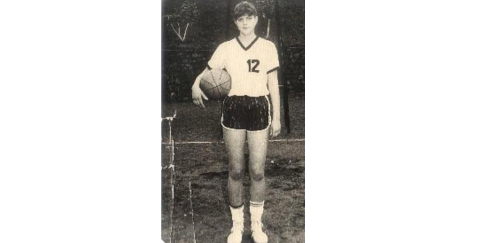 Codruța Kovesi când era baschetbalistă la lotul național. Liviule, ai grijă că de la distanță, de la Bruxelles, aruncă și mai bine!