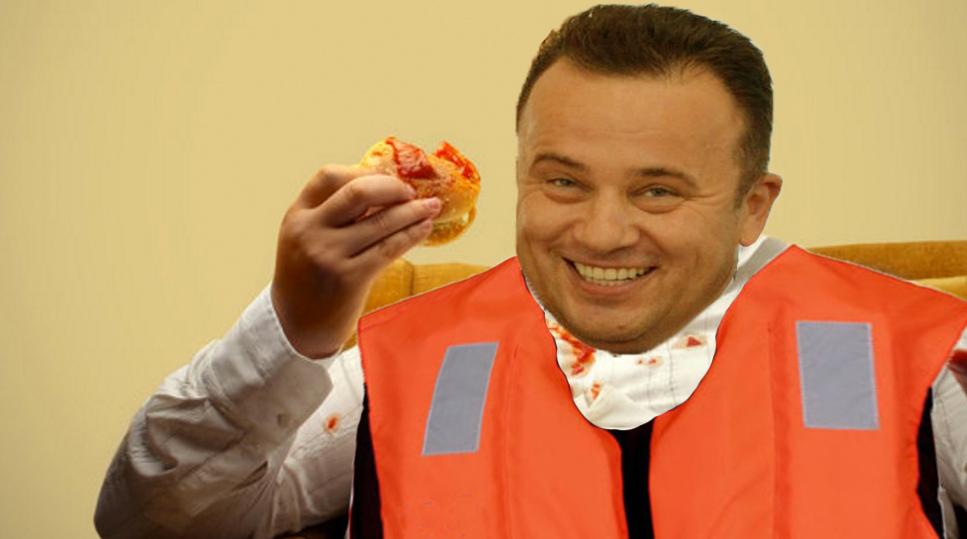 Geniu! Liviu Pop mănâncă cu vesta de salvare pe el, să nu se înece!