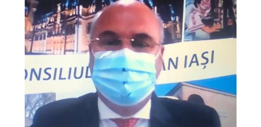 Alt geniu: preşedintele Consiliului Județean Iaşi şi-a dat găuri în mască. Să-i spună cineva că pe acolo poate intra 5G-ul!