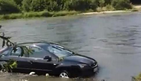 Cocalar care își spăla mașina la râu dă râul în judecată că nu l-a claxonat când a crescut apa!