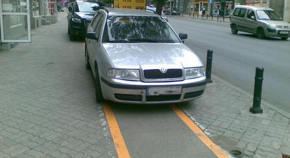 Dungile alea galbene sunt ca să-i ajute pe șoferi săparcheze drept!