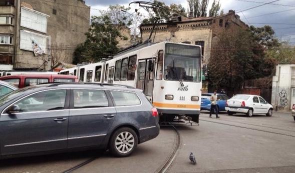 Tramvaiele care deranjează mașinile parcate pe linii vor fi ridicate!