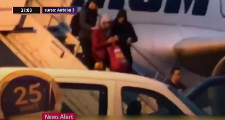 E dat dreacu Dragnea: Mazăre a coborât din avion având în mână o pungăcu sigla PSD!