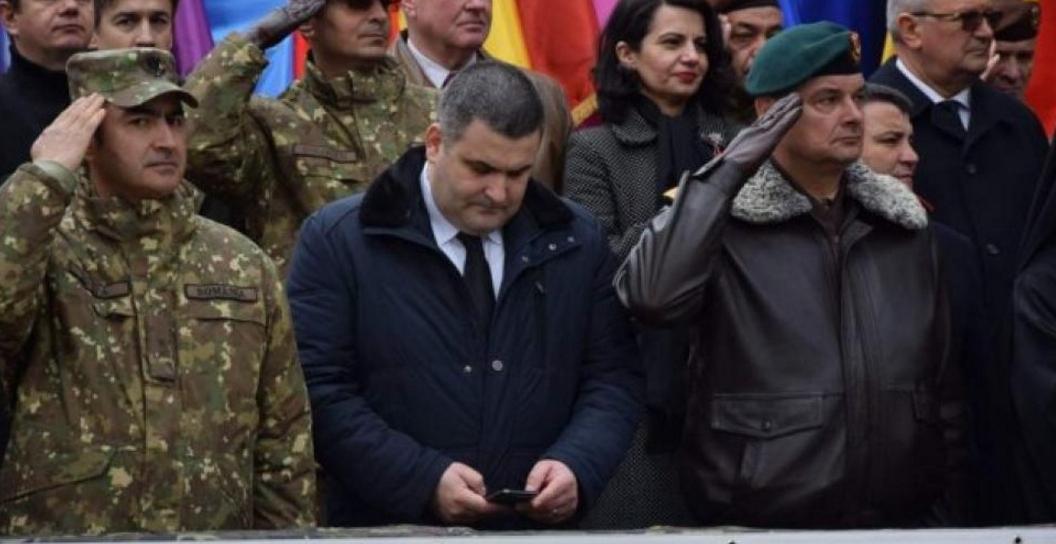 """Ministrul Apărării pe telefon în timpul onorului: căuta pe Google ce înseamnă """"onor"""", că el nu a făcut armata"""