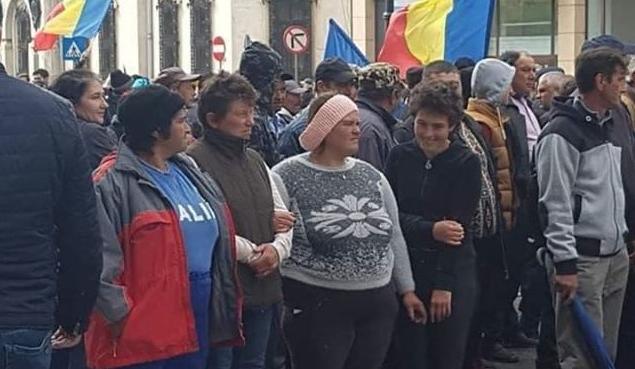 Participanții la mitingul de la Craiova au fost păcăliți: nu se vede nicăierifumul de la grătarele de mici!