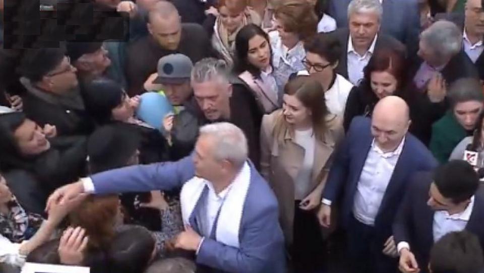 """Prezențămasivă la mitingul PSD după ce a apărut zvonul că """"ăștia o să-mpărțeascădince-a furat""""!"""