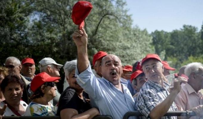 Miting spontan într-un sat din Dolj: oamenii cer să se facă alegerile mai repede, că le trebuie uleiul!