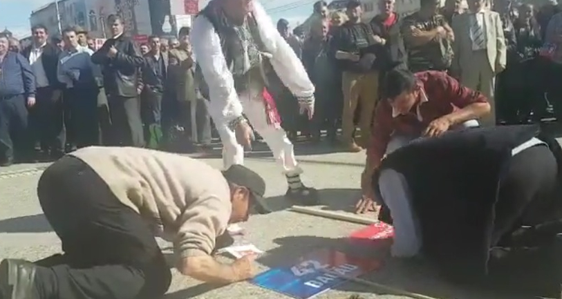 Suținători PSD pupând pancartele partidului ca pe sfintele moaște. Cine pleacă ultimul din țara asta să stingă lumânarea!
