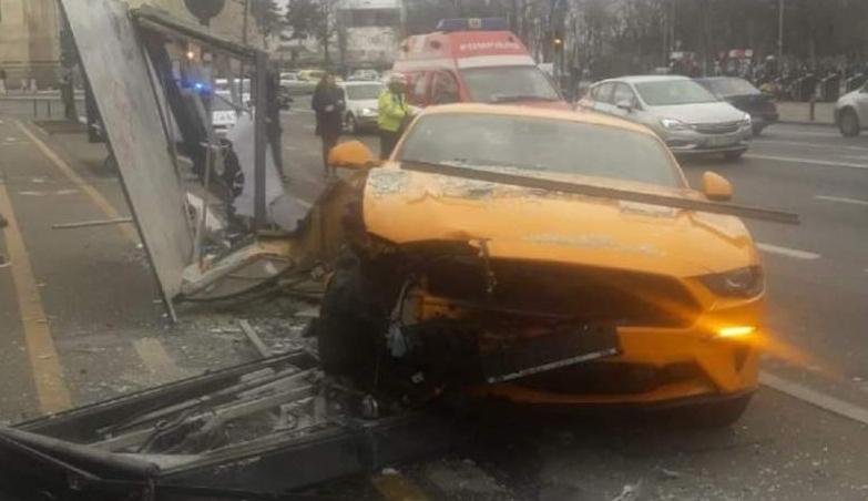 Un Ford Mustang a intrat în stația de autobuz și a lovit 2 pietoni.Stația de autobuz va avea dosar penal!