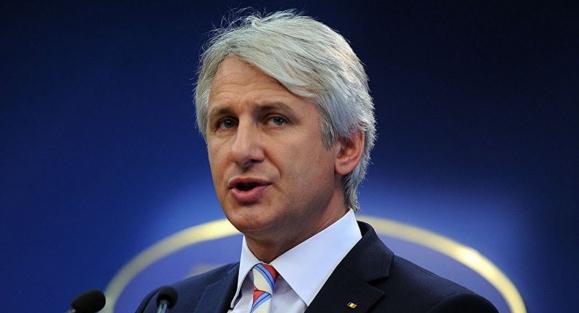 Orlando vrea să le limiteze românilor dreptul de muncă afară. Nu îl mai lăsați la Bamboo, că-l rupe prostata!