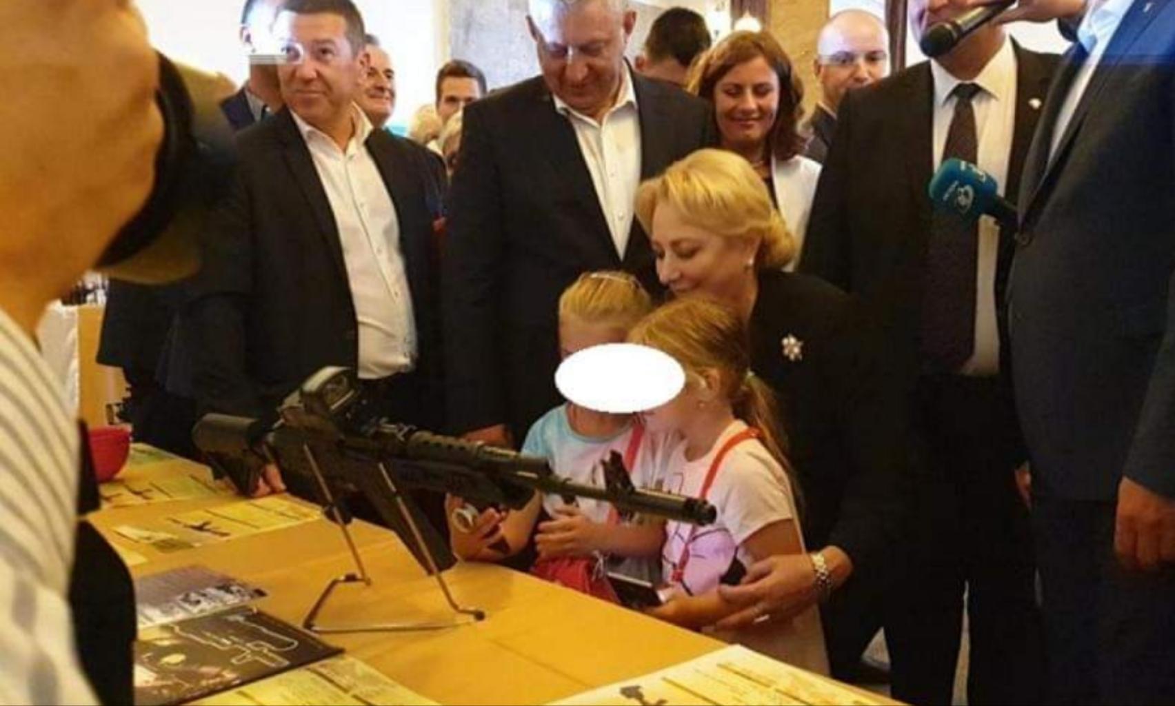Gafă la Cugir: două fetițe au fost lăsate să se joace cu o petardă bătrână lângă o mitralieră!