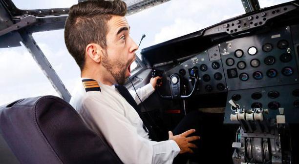 Un pilot Tarom, angajat fiindcă e nepotul directorului, vrea spor la salariu pentru că are rău de înălțime!