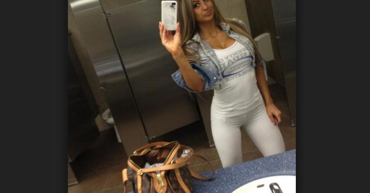 În baia unui club din Mamaia a fost descoperită o piți care își face selfie-uri de 2 ani!