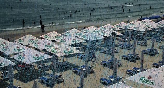 De frică să nu le ude ploaia cocaina, constănțenii au montat umbrelele pe plajă!