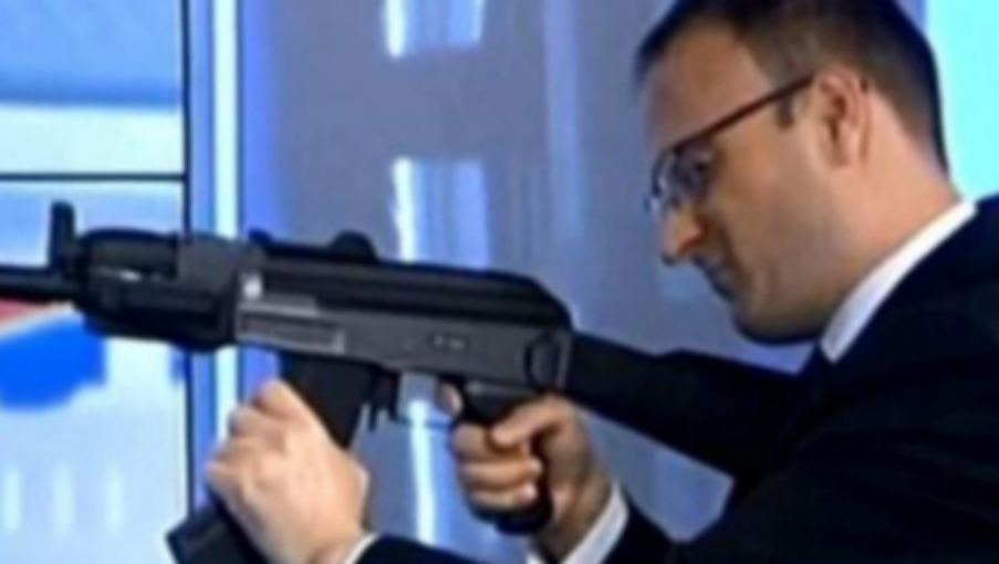 Să-i explice cineva că arma se ține invers!