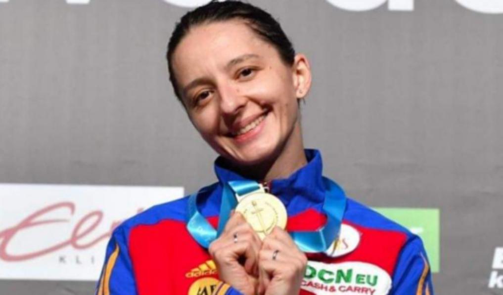 Scrimera Ana-Maria Popescu a câştigat Cupa Mondială la spadă! O felicităm și o rugăm să le taie mingea băieților de la fotbal!
