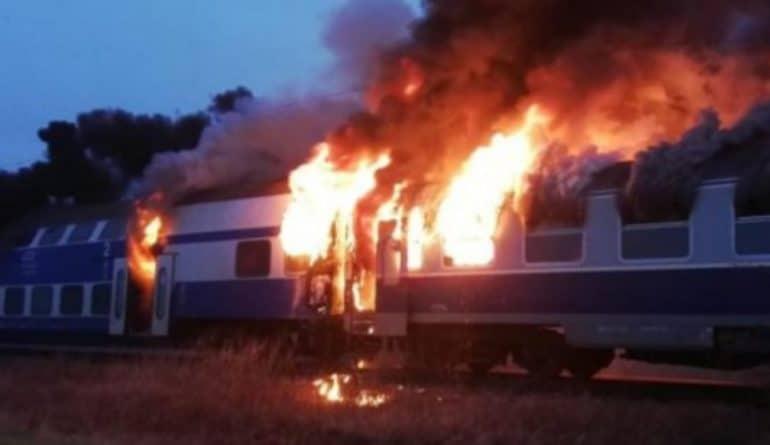 Tren în flăcări în Teleorman! Din cauza vitezei, a luat foc la frecarea cu aerul!